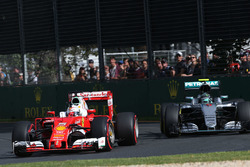 Sebastian Vettel, Ferrari SF16-H en Nico Rosberg, Mercedes AMG F1 Team W07