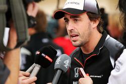 Fernando Alonso, McLaren, im Gespräch mit der Presse