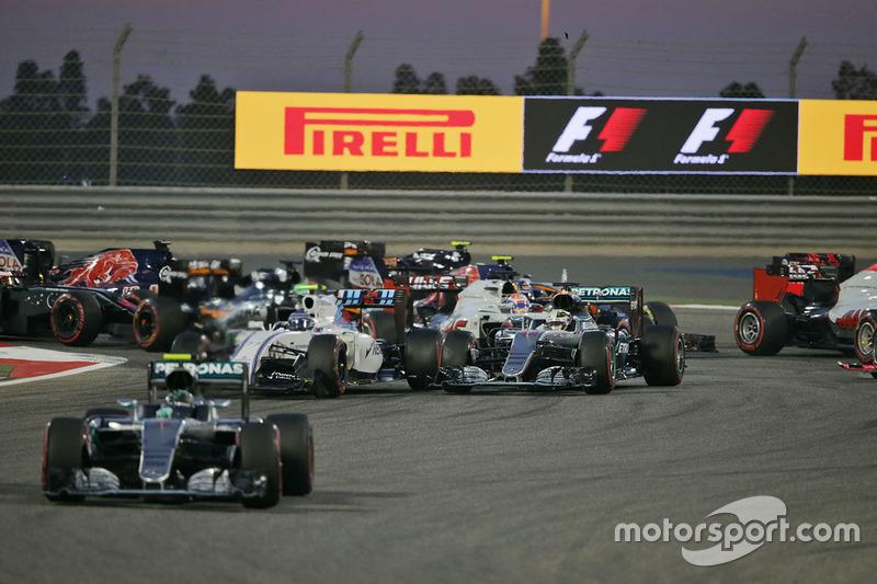 Arrancada: Nico Rosberg, Mercedes AMG F1 Team W07, Valtteri Bottas, Williams FW38 y Lewis Hamilton, Mercedes AMG F1 Team W07