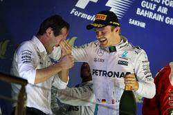 Il vincitore Nico Rosberg, Mercedes AMG F1, festeggia sul podio con Aldo Costa, Mercedes AMG F1 Engineering Director