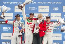 Podium; 2. Mehdi Bennani, Sébastien Loeb Racing, Citroën C-Elysée WTCC; 1. Rob Huff, Honda Racing Team JAS, Honda Civic WTCC; 3. Norbert Michelisz, Honda Racing Team JAS, Honda Civic WTCC