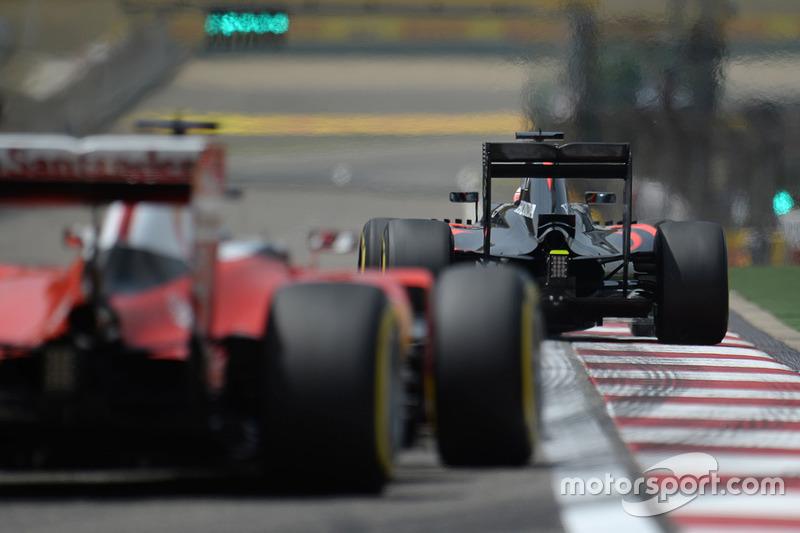 Fernando Alonso, McLaren MP4-31 devant Sebastian Vettel, Ferrari SF16-H