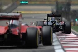 Fernando Alonso, McLaren MP4-31 avani a Sebastian Vettel, Ferrari SF16-H