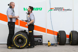 Sahara Force India F1 Team mit Pirelli-Ingenieuren