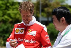 Себастьян Феттель, Ferrari раздает автографы фанатам