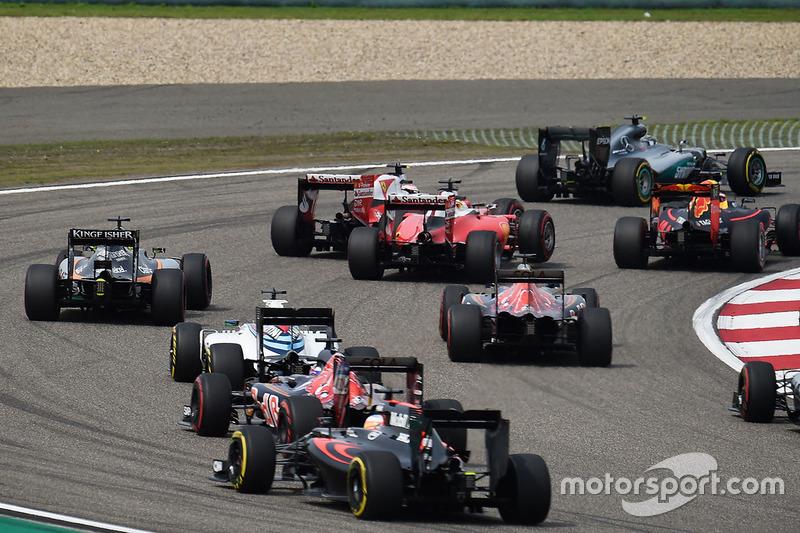 Sebastian Vettel, Ferrari SF16-H y Kimi Raikkonen, Ferrari SF16-H hacen contacto después de la arrancada