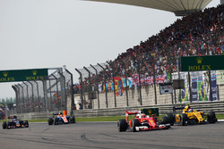 Kimi Raikkonen, Ferrari SF16-H y Jolyon Palmer, Renault Sport F1 Team RS16 luchan por la posición