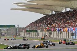 Серхио Перес, Sahara Force India F1 VJM09 и Валттери Боттас, Williams FW38 - борьба за позицию
