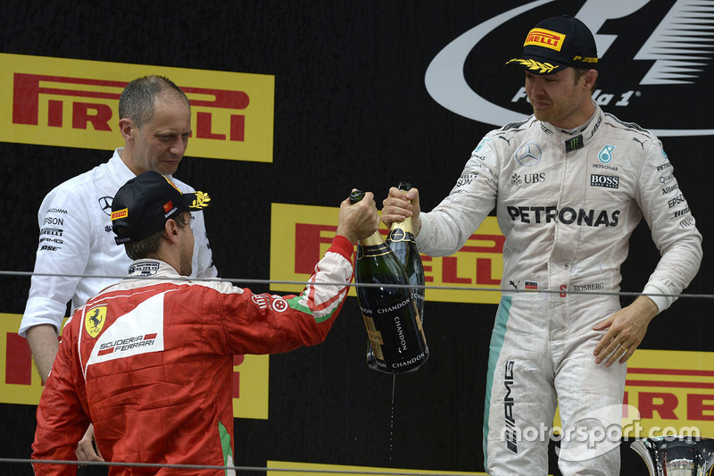 Podio: ganador Nico Rosberg, Mercedes AMG F1 Team, ganador del segundo lugar Sebastian Vettel, Ferrari
