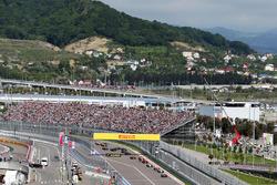 Nico Rosberg, Mercedes AMG F1 Team W07 aan de leiding bij de start