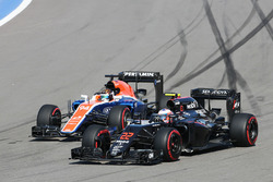 Jenson Button, McLaren MP4-31 e Rio Haryanto, Manor Racing MRT05 lottano per la posizione