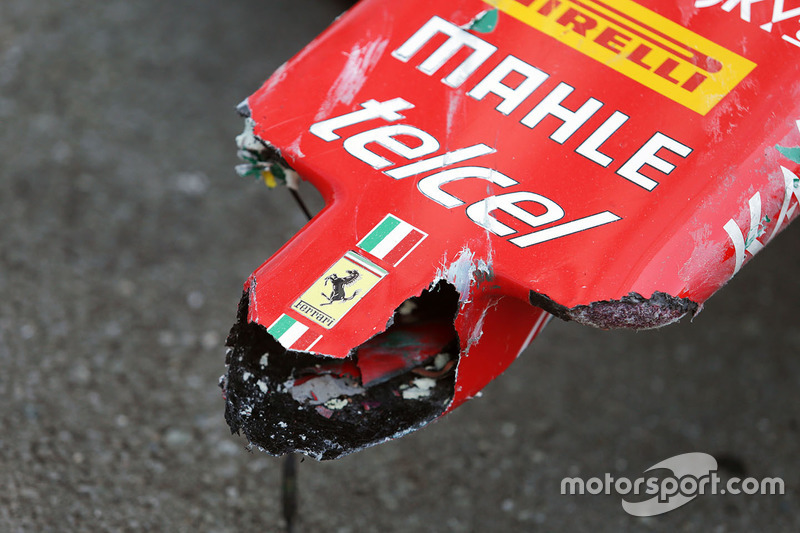La nariz dañada de auto retirado de la carrera de Sebastian Vettel, Ferrari SF16-H