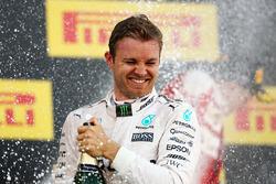 Подиум: победитель - Нико Росберг, Mercedes AMG F1 Team празднует с шампанским