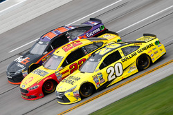 Matt Kenseth, Joe Gibbs Racing Toyota, Joey Logano, Team Penske Ford, und Denny Hamlin, Joe Gibbs Racing Toyota