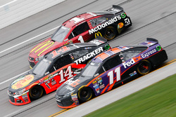 Denny Hamlin, Joe Gibbs Racing Toyota, Ty Dillon, Stewart-Haas Racing Chevrolet, und Jamie McMurray, Chip Ganassi Racing Chevrolet