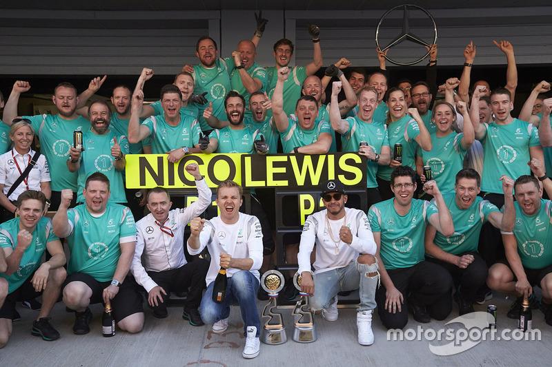 Así celebraban en Mercedes la séptima victoria consecutiva de Rosberg
