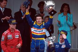 Podio: ganador de la carrera Olivier Panis, Ligier, segundo lugar David Coulthard, McLaren, tercer lugar Johnny Herbert, Sauber