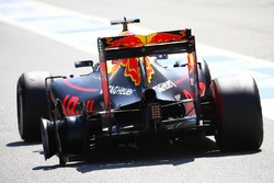Daniel Ricciardo, Red Bull Racing RB12 suffers a tyre blow out