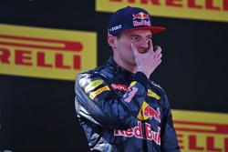 Ganador de la carrera Max Verstappen, Red Bull Racing celebra en el podio