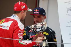 Переможець Макс Ферстаппен Max Verstappen, Red Bull Racing та Себастьян Феттель, Ferrari, на подіумі