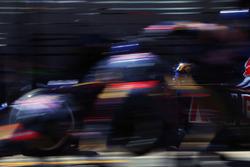 Carlos Sainz Jr., Scuderia Toro Rosso STR11 makes a pit stop