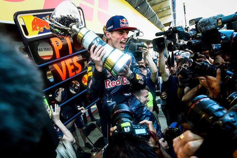 Max Verstappen, Red Bull Racing viert met het team