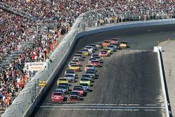 Restart: Juan Pablo Montoya, Earnhardt Ganassi Racing Chevrolet and Denny Hamlin, Joe Gibbs Racing Toyota lead the field
