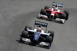 Kazuki Nakajima, Williams F1 Team à frente de Kamui Kobayashi, Test Driver, Toyota F1 Team