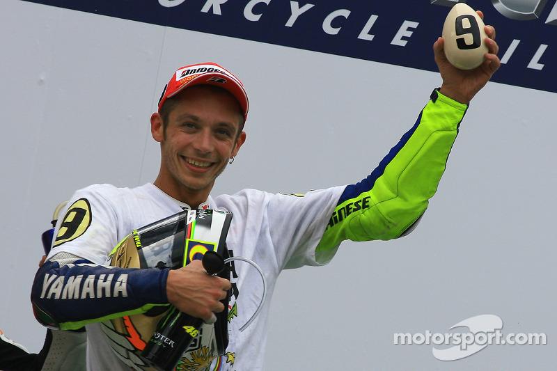 Podio: tercer lugar y Campeón 2009 de MotoGP Valentino Rossi, Fiat Yamaha Team celebra