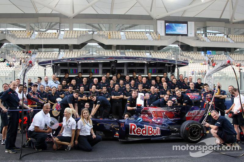 Scuderia Toro Rosso teamfoto, Franz Tost, Scuderia Toro Rosso, Teambaas, Sebastien Buemi, Scuderia T