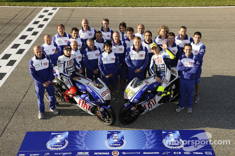 Valentino Rossi, Fiat Yamaha Team y Jorge Lorenzo, Fiat Yamaha Team posan con miembros del equipo Fiat Yamaha Team