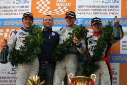 Podium: race winner Edoardo Mortara, Signature, with second place Jean-Karl Vernay, Signature, third place Sam Bird, Art Grand Prix, and Kris Niessen, Volkswagen Motorsport Director