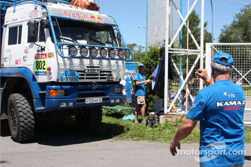 El camión de servicio Kamaz-Master entra al refugio