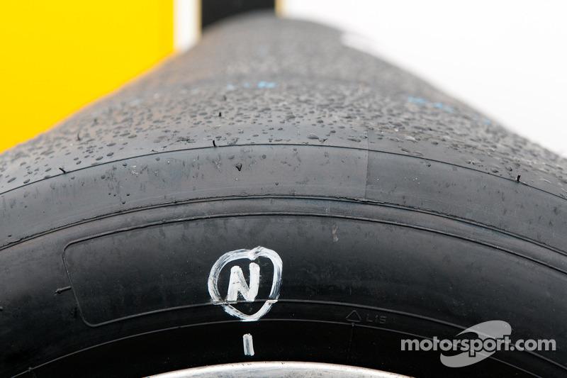 De la neige fondue sur des pneus