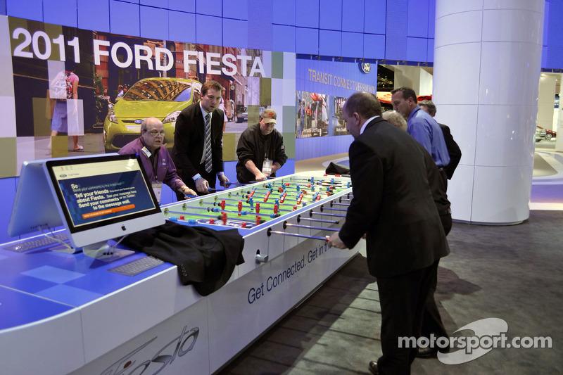 Des membres de l'équipe Ford et des médias s'affrontent dans un match de baby-foot improvisé sur le stand Ford au NAIAS 2010