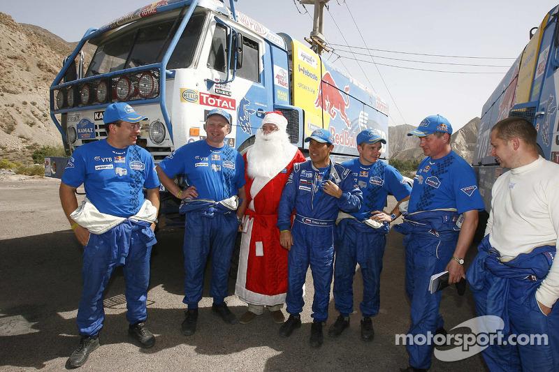 Vladimir Chagin, Firdaus Kabirov et Ilgizar Mardeev posent avec le Père Noël