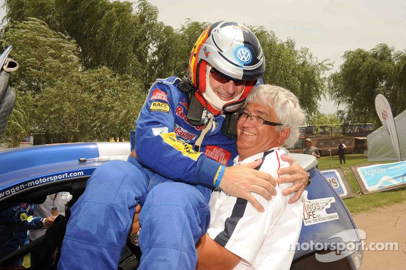 Carlos Sainz, vainqueur du Dakar 2010 dans la catégorie Autos célèbre son succès avec le directeur d'équipe Peter Utoft