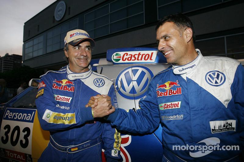 Podium catégorie AutosDakar 2010: Carlos Sainz et Lucas Cruz, vainqueurs, célèbrent leur succès