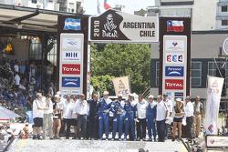 Podium catégorie AutosDakar 2010 : Al Attiyah et Timo Gottschalk, célèbrent leur 2e  place avec Giniel de Villiers et Dirk Von Zitzewitz ainsi que des membres de l'équipes Volkswagen Motorsport