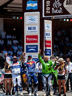 Motorfiets podium: 2010 Dakar Rally winnaar bij de motoren Cyril Despres viert feest met tweede plaats rijder Pal Anders Ullevalseter en derde werd Francisco Lopez Contardo