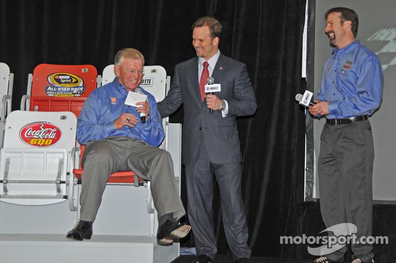 Le propriétaire d'équipe Joe Gibbs essaie le nouveau siège avec Marcus Smith et JD Gibbs