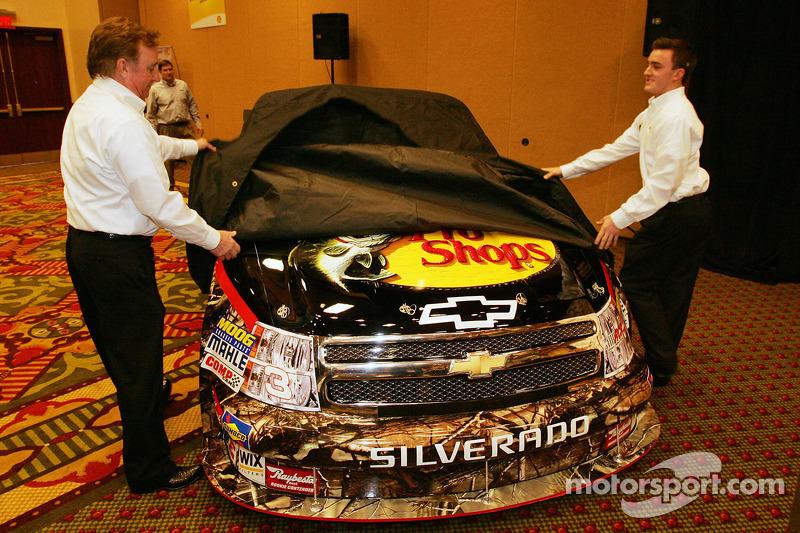 Richard Childress et son petit-fils Austin Dilon révèlent le Bass Pro Shop N°3 RCR NASCAR Camping World Truck que Dillon pilotera en 2010