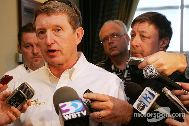 Bill Elliott parle aux reporters lors du Repas Ford avec le Wood Brothers Racing et Front Row Motorsports