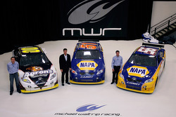 Los pilotoss del equipo Michael Waltrip Racing de la NASCAR Sprint Cup Series, David Reutimann, Michael Waltrip y Martin Truex Jr. posan con sus autos