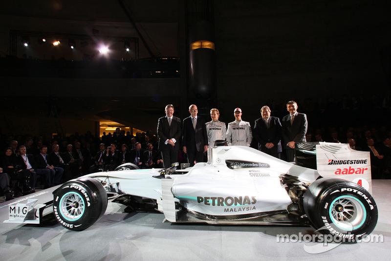 Ross Brawn, Dr. Dieter Zetsche, Nico Rosberg, Michael Schumacher, Norbert Haug en Nick Fry poseren