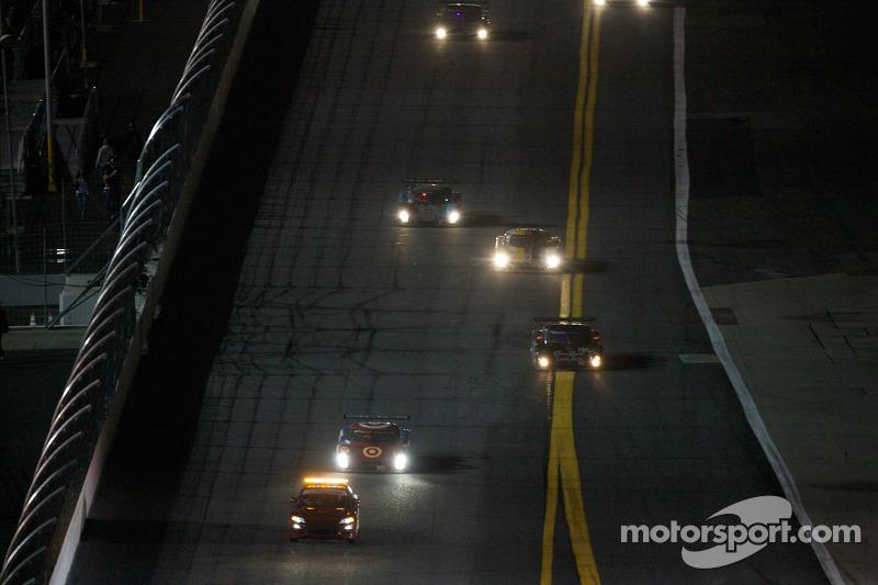 Le Pace Car devançant la #02 Chip Ganassi Racing avec Felix Sabates BMW Riley: Scott Dixon, Dario Franchitti, Jamie McMurray, Juan Pablo Montoya
