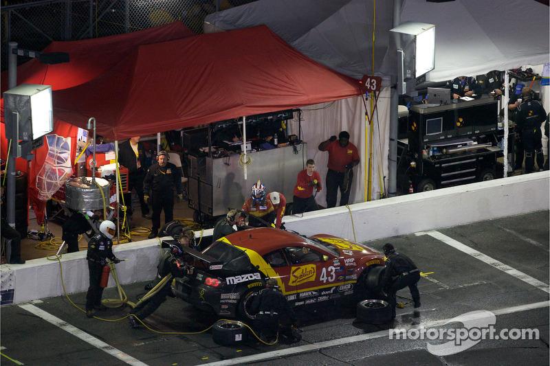 Arrêt aux stands pour #43 Team Sahlen Mazda RX-8: Joe Nonnamaker, Wayne Nonnamaker, Will Nonnamaker, Joe Sahlen