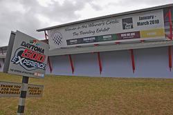 Panneaux devant le Daytona 500 Experience
