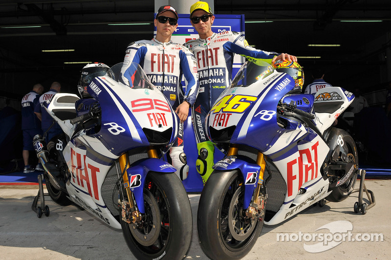 2010 - El muro se mantiene en el box de Yamaha