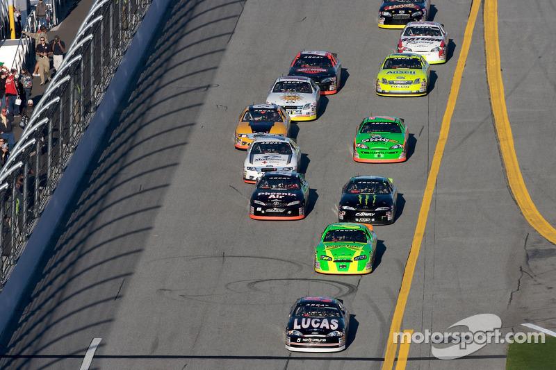 Bobby Gerhart mène un groupe de voitures